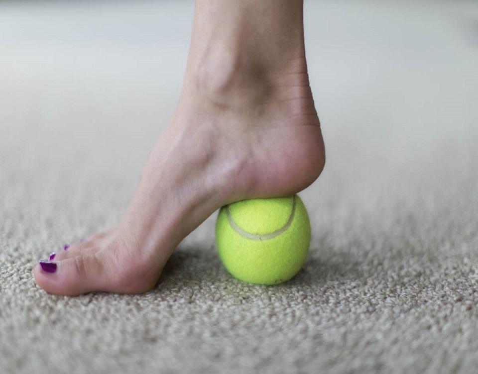kluchit-rolling-tennis-ball-under-footomassage